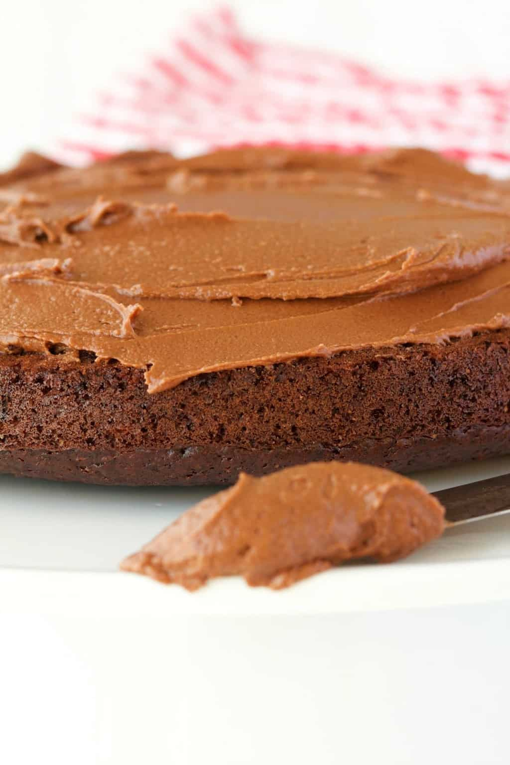 5-ingredient Vegan Chocolate Frosting recipe that is ready in minutes. Perfect for use on cakes, cupcakes and cookies. #vegan #lovingitvegan #veganfrosting #vegandessert #chocolatefrosting | lovingitvegan.com
