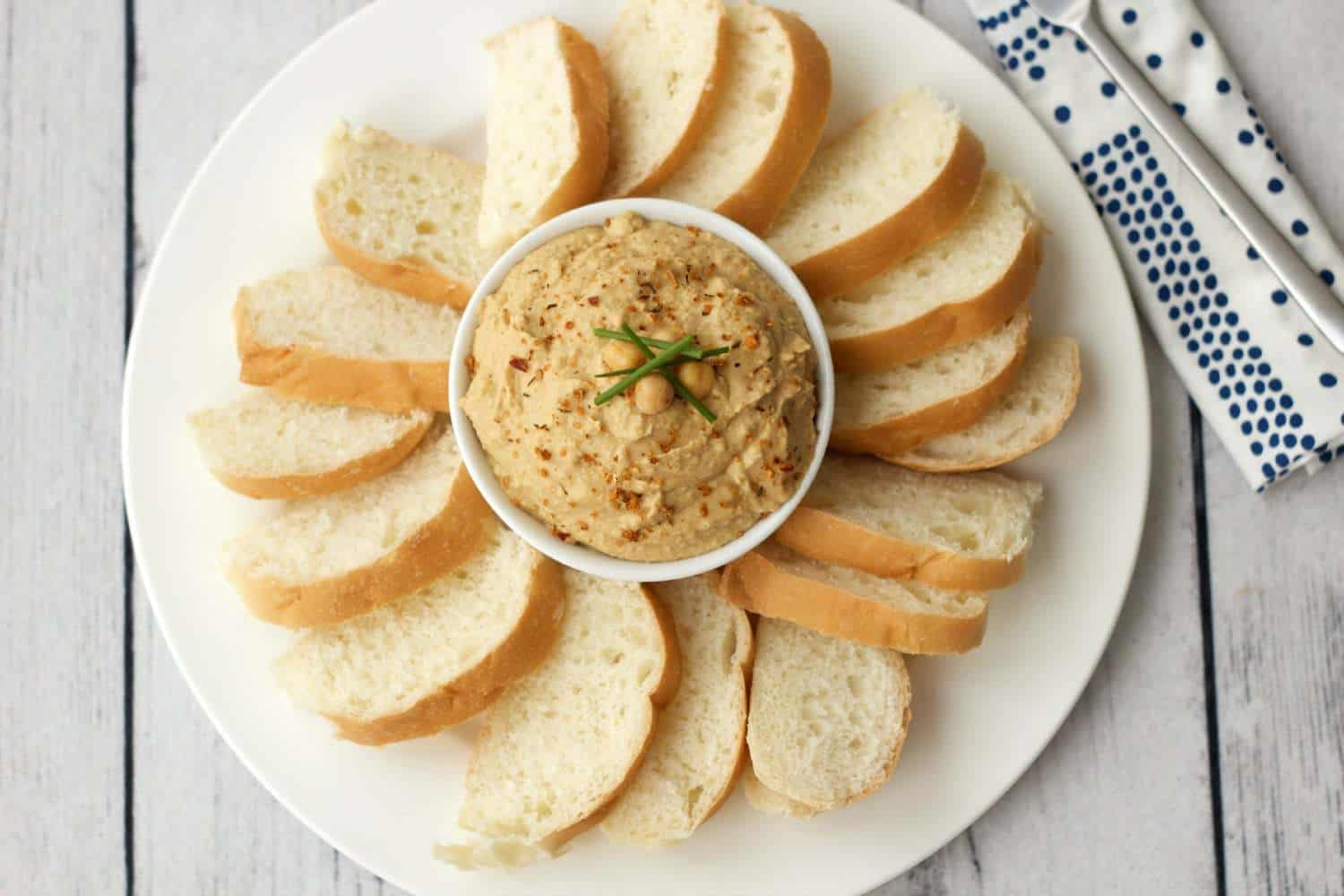 Perfectly spiced 8-Ingredient Hummus that you can whip up in 5 minutes. #vegan #lovingitvegan #gluten-free #oil-free