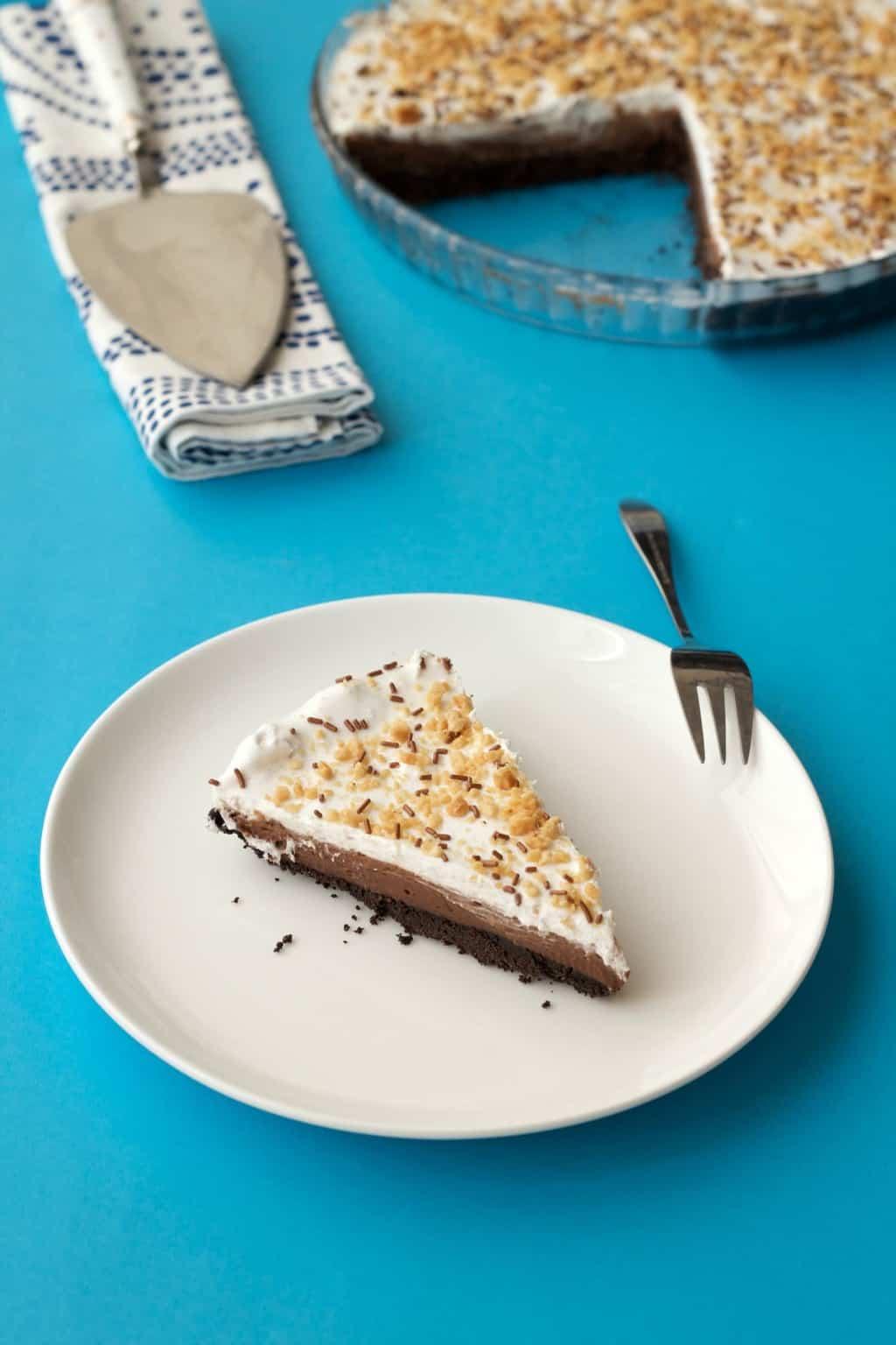 Vegan Chocolate Peanut Butter Oreo Pie #vegan #lovingitvegan #dessert #oreo #pie