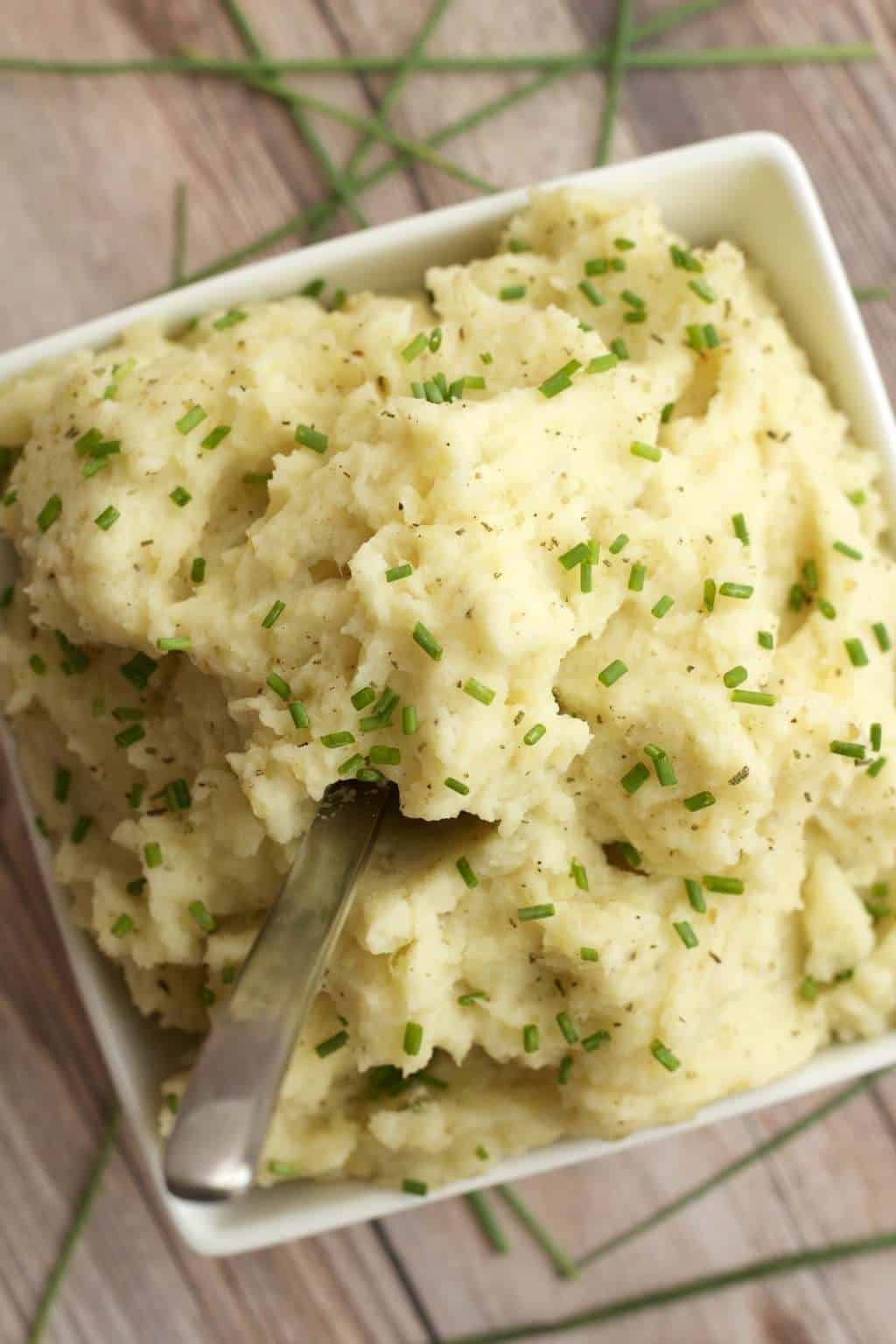 Roasted Garlic Vegan Mashed Potatoes #vegan #lovingitvegan #sides #mashedpotatoes