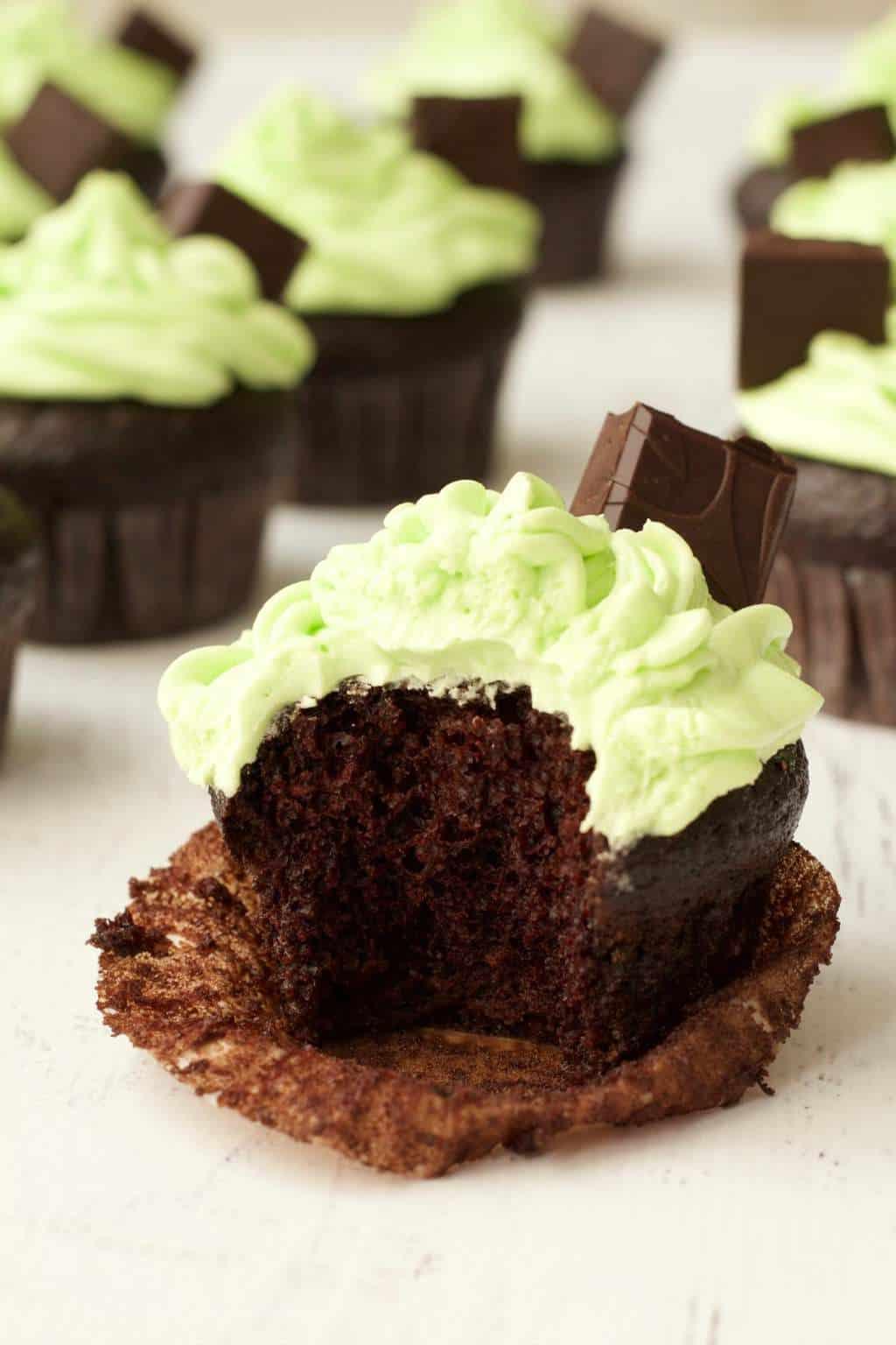 Vegan Chocolate Cupcakes with Mint Buttercream Frosting #vegan #lovingitvegan #dessert #cupcakes