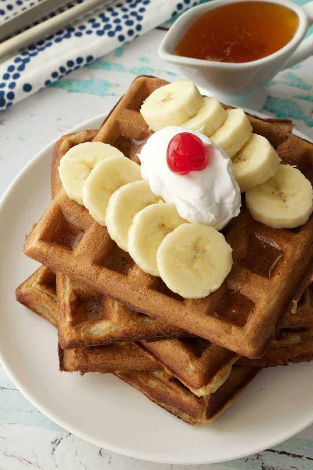 Vegan Banana Waffles - golden brown and perfectly crispy! Ideal for breakfast! #vegan #lovingitvegan #breakfast #waffles