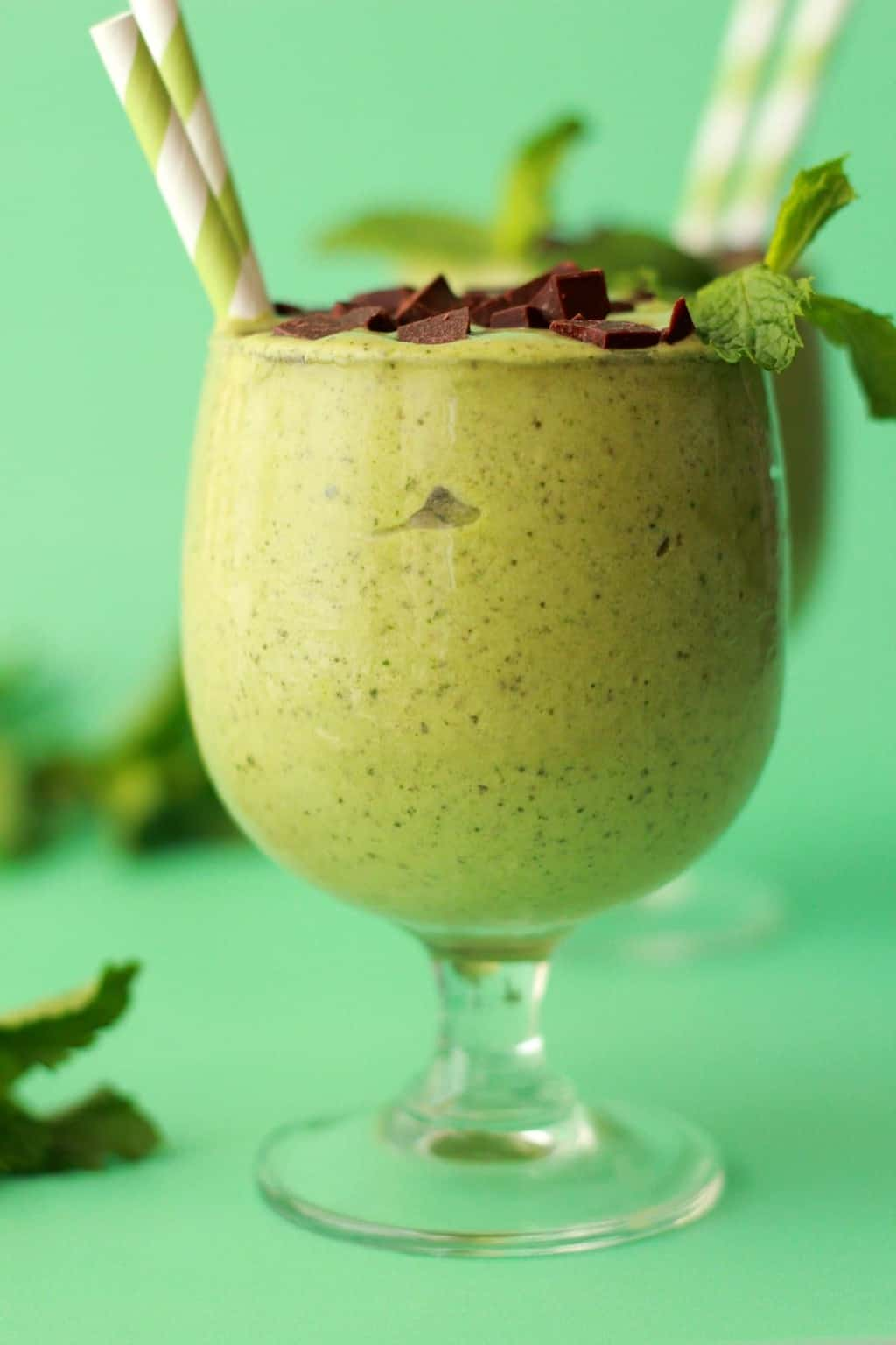 Mint Chocolate Chip Smoothie. Healthy 6 ingredient recipe. Vegan, Raw and Gluten-free. #vegan #lovingitvegan #smoothie #raw
