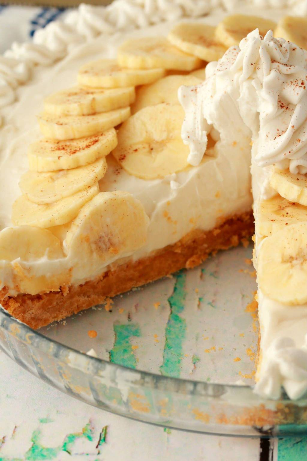Vegan Banana Cream Pie! A deliciously rich and creamy pie set on top of a golden oreo crust, with sliced banana, vanilla cream pudding and vegan whipped cream! #vegan #lovingitvegan #dessert #pie #dairyfree #bananacreampie