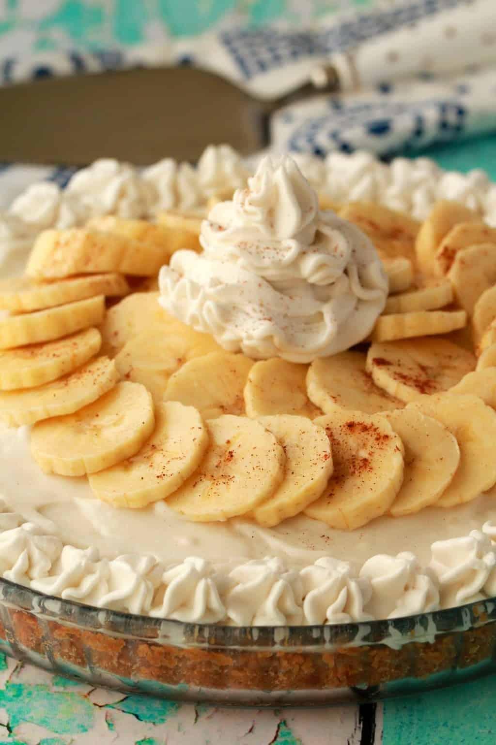Vegan Banana Cream Pie! A deliciously rich and creamy pie set on top of a golden oreo crust, with sliced banana, vanilla cream pudding and vegan whipped cream! #vegan #lovingitvegan #dessert #pie #dairyfree #bananacreampie